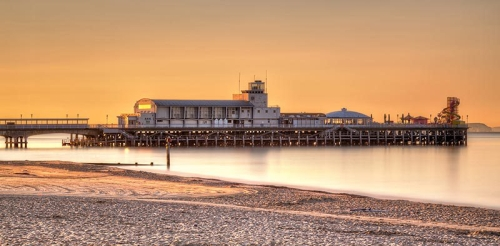bournemouth-pier-beach-sunrise-on-bournemouth-beach-with-the-pier-in-the-background